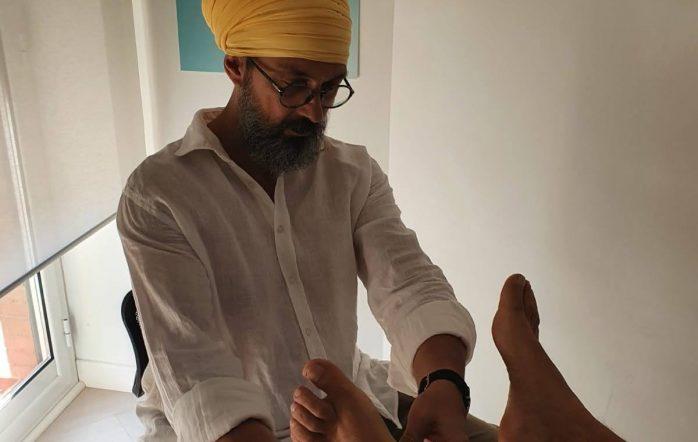 con il maestro Hari Simran, fondatore del metodo, Master Life Coach e Terapeuta. Specializzato in Riflessologia del piede e nell'utilizzo delle tecniche e della conoscenza Yoga a scopo terapeutico.